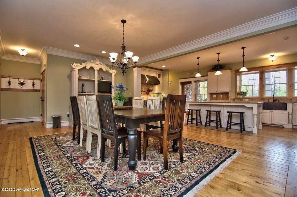 7. Single Family Homes for Sale at 617 Lenape Ln Buck Hill Falls, Pennsylvania 18323 United States