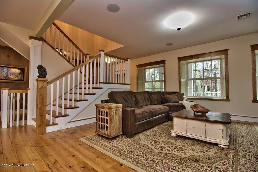 19. Single Family Homes for Sale at 617 Lenape Ln Buck Hill Falls, Pennsylvania 18323 United States