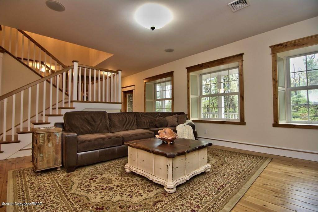 20. Single Family Homes for Sale at 617 Lenape Ln Buck Hill Falls, Pennsylvania 18323 United States