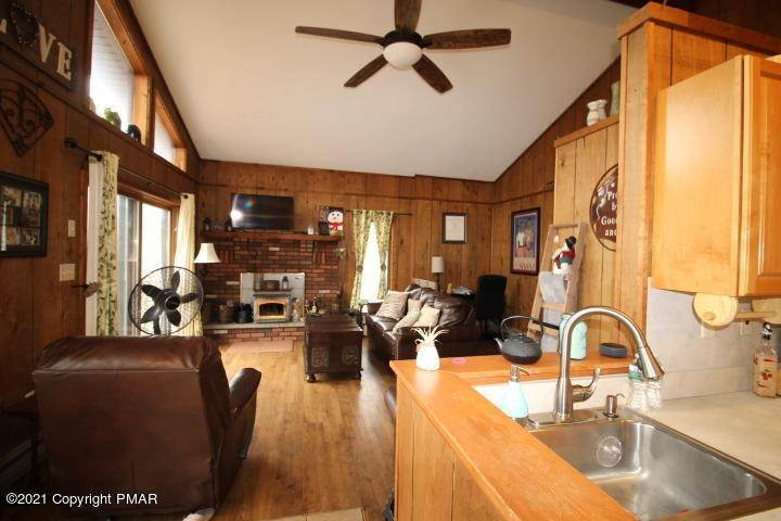 7. Single Family Homes for Sale at 105 Saunders Dr Bushkill, Pennsylvania 18324 United States